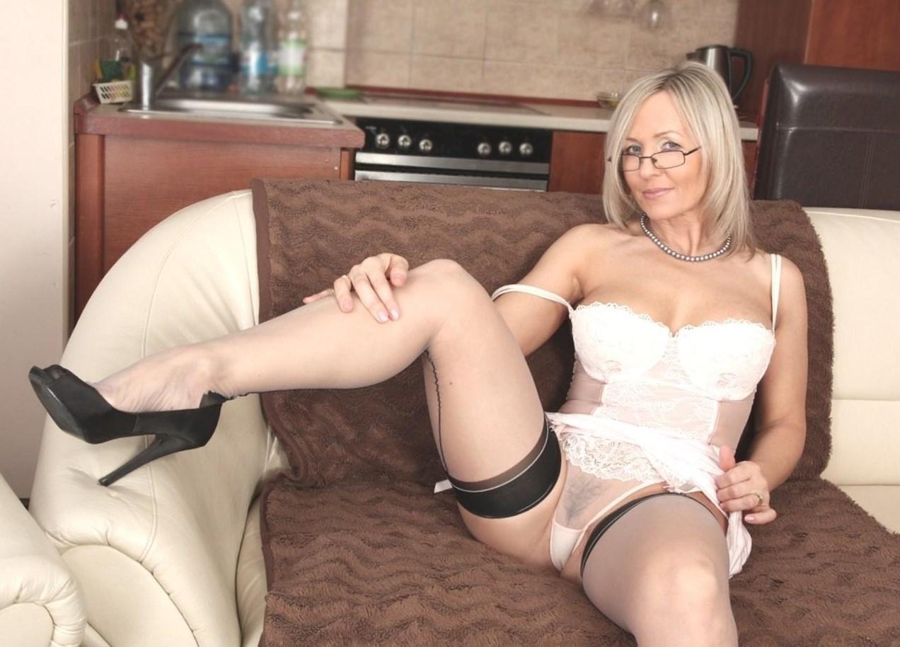 дама в белых чулках и очках видео - 5
